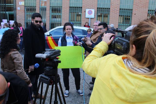 Susana Guerrero, en la puerta del juzgado de Talavera donde está su caso. / ALICIA DELICADO